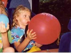 Chiara mentre gonfia un pallone