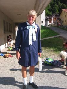 Il precario vestito da alunno