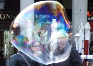 Bolla di sapone gigante in Placa Mayor di Madrid