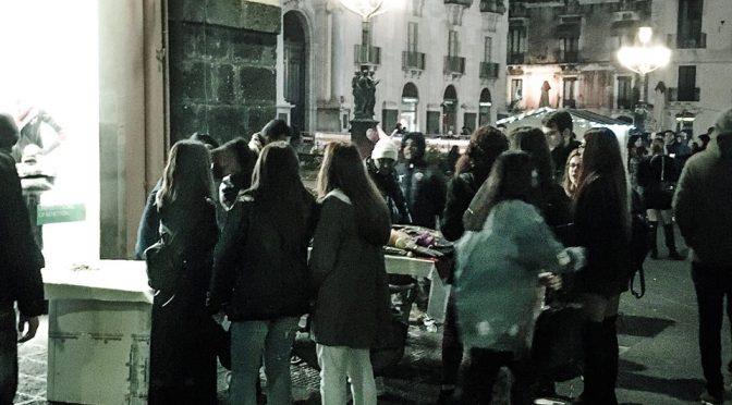 Ragazzine di Catania difendono un ambulante cingalese