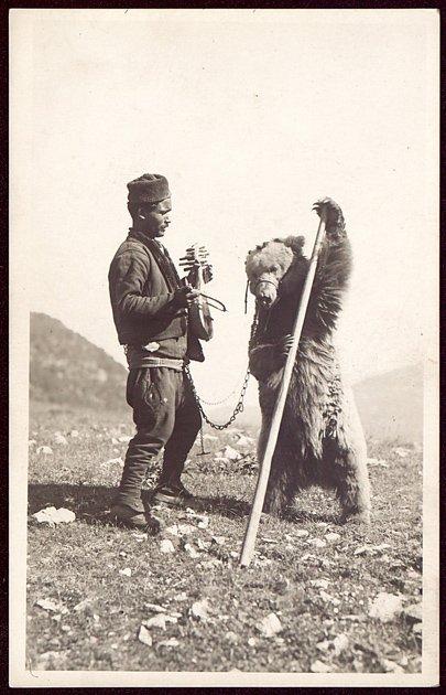 ancora una vecchia immagine di un orso ballerino